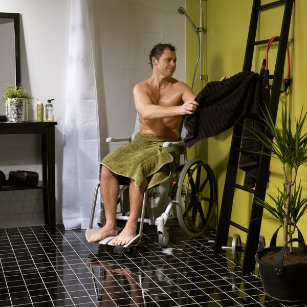 Etac Swift Mobile 24″ Banyo ve Tuvalet Sandalyesi 2