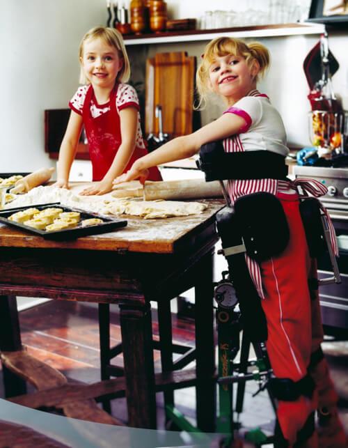 Gazelle PS metin içi görseli. İki kız çocuğu masanın etrafında ayakta bireyler yapıyor. Bir tanesi Gazelle'de.