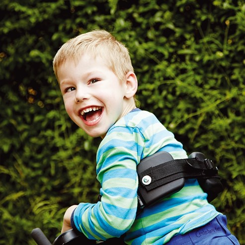 Mustang engelli çocuk yürüteci gülen çocuk